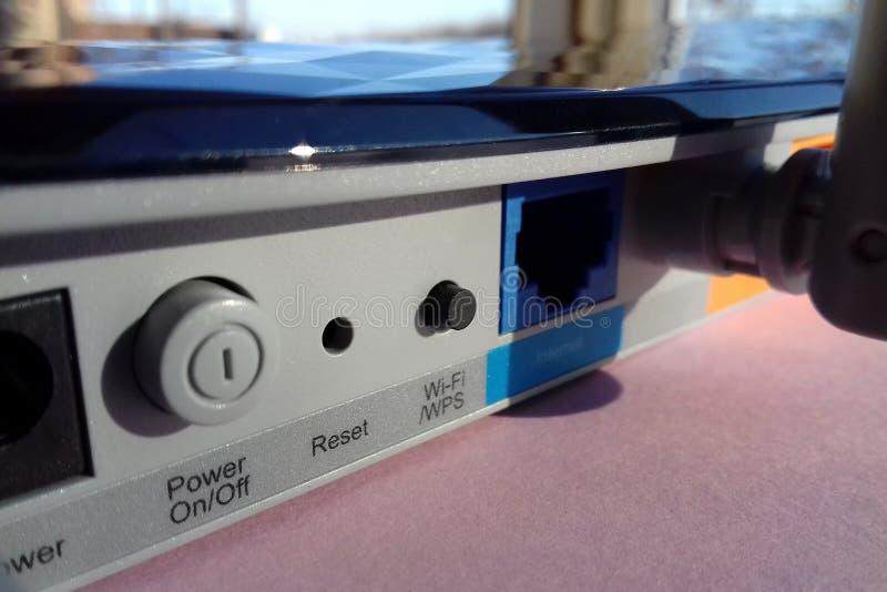 Bakre vy av tp-link Wireless Internet router modem Archer C20 AC750 royaltyfri fotografi