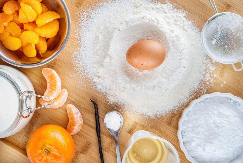Bakselcake in keuken - de ingrediënten van het deegrecept met fruit op houten lijst, achtergrond voor patisserie royalty-vrije stock foto's