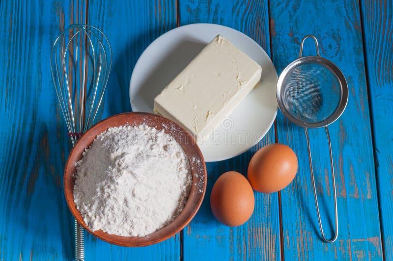 Bakselcake in landelijke keuken - deegrecept stock foto's