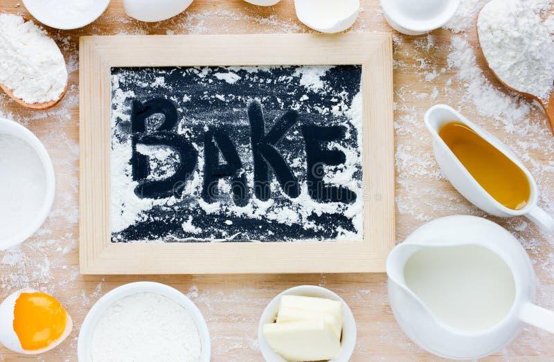 Bakselcake of pannekoek in rustieke keuken - deegrecept ingredie royalty-vrije stock fotografie