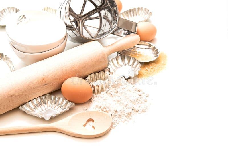 Bakselingrediënten en tol voor deeg Bloem, eieren, deegrol royalty-vrije stock foto