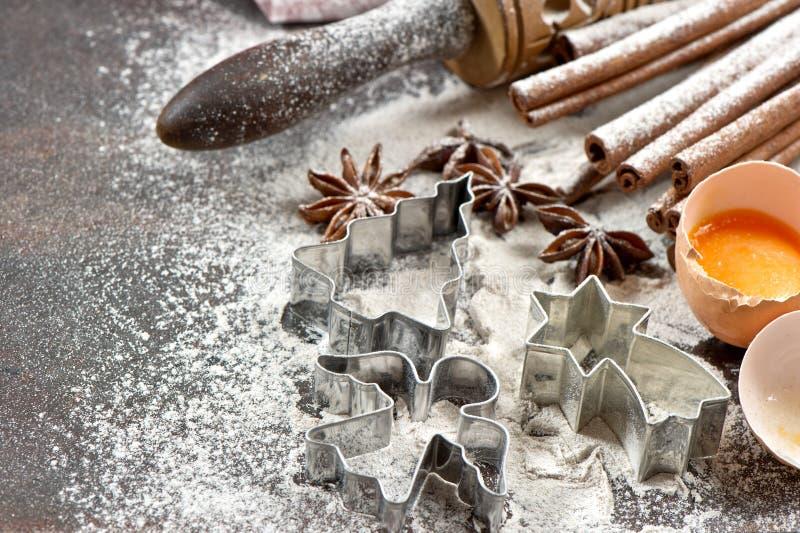 Bakselingrediënten en tol voor deegvoorbereiding Kerstmis FO royalty-vrije stock afbeeldingen