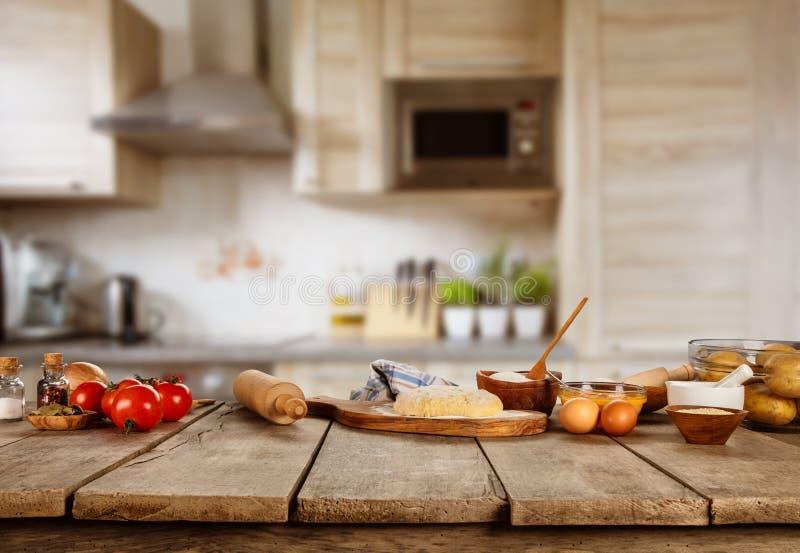 Bakselingrediënten op houten lijst worden geplaatst die stock afbeelding