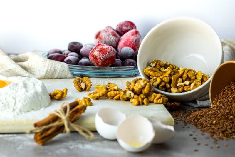 Bakselingrediënten op witte achtergrond stock foto's
