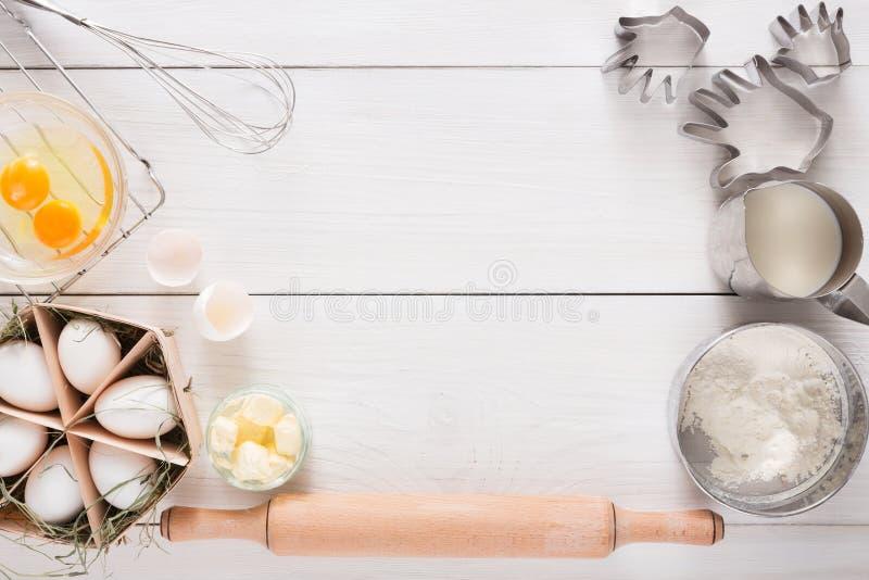 Bakselingrediënten op witte rustieke houten achtergrond, exemplaarruimte stock afbeeldingen