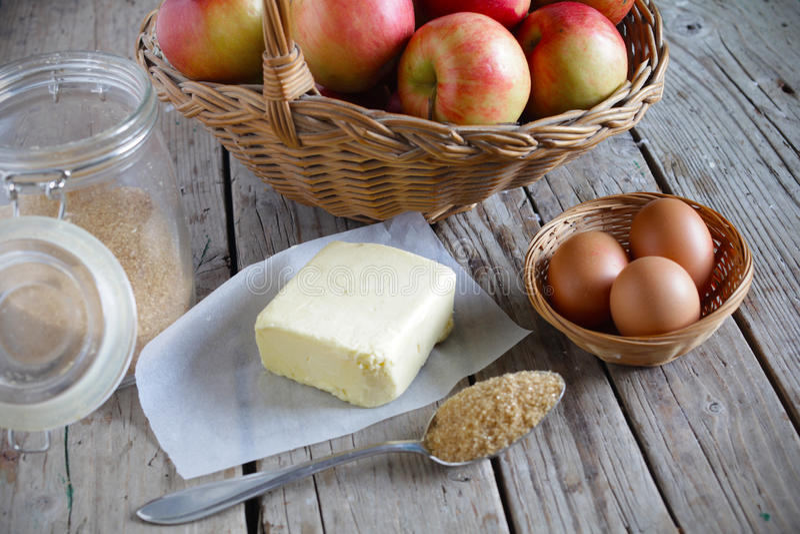 Bakselingrediënten voor appeltaart, boter, suiker, eieren, fruit royalty-vrije stock afbeelding