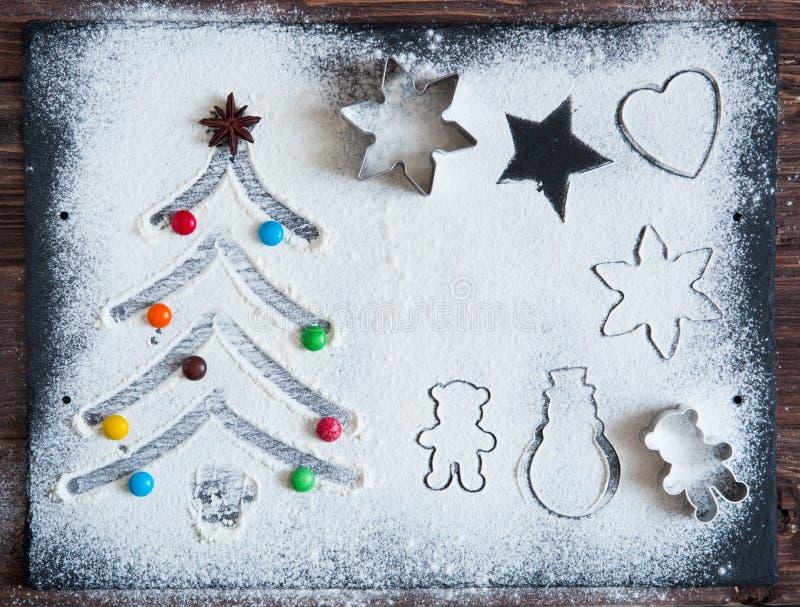 Bakselingrediënten voor Kerstmiskoekjes op een donkere lijst, ingrediënten voor baksel op donkere achtergrond, hoogste mening royalty-vrije stock afbeeldingen