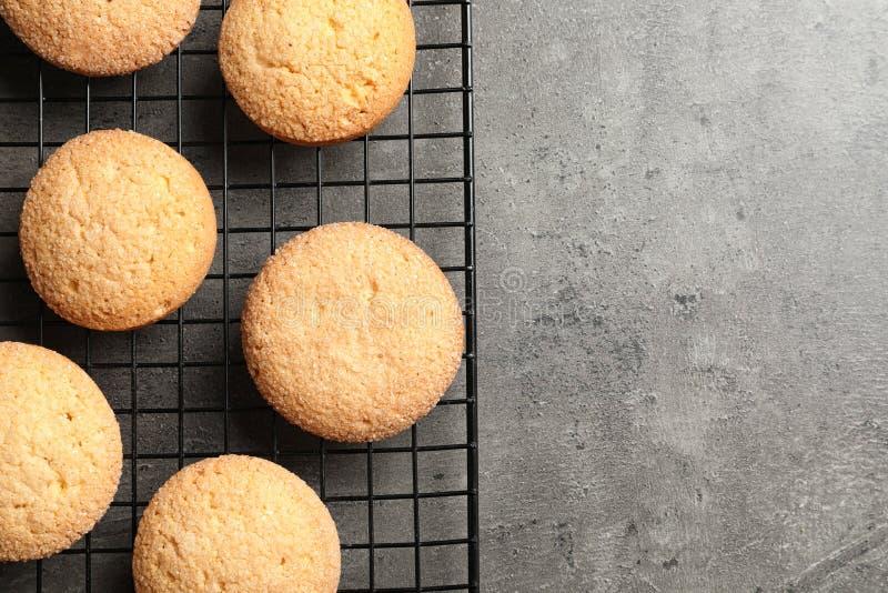 Bakselnet met Deense boterkoekjes op grijze achtergrond, hoogste mening stock afbeeldingen