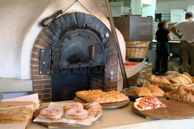 Bakseloven in een oude bakkerij Rhodos oct-13-2017 stock fotografie