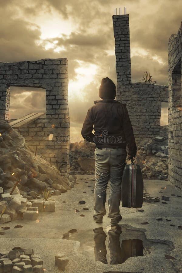Baksida av den hemlösa mannen med resväskan i handen framme av skadade husväggar royaltyfri fotografi