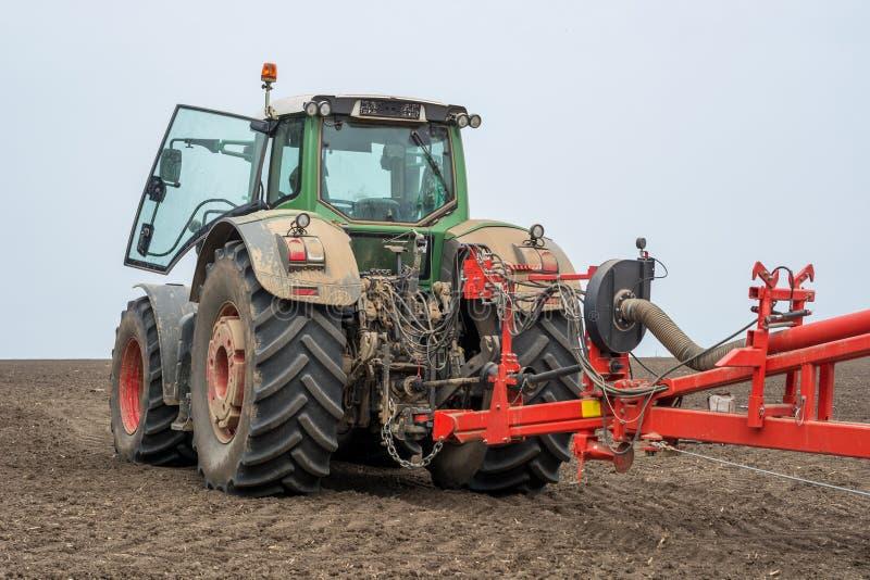 Baksida av en modern traktor med en skugga enhet för att så royaltyfri fotografi