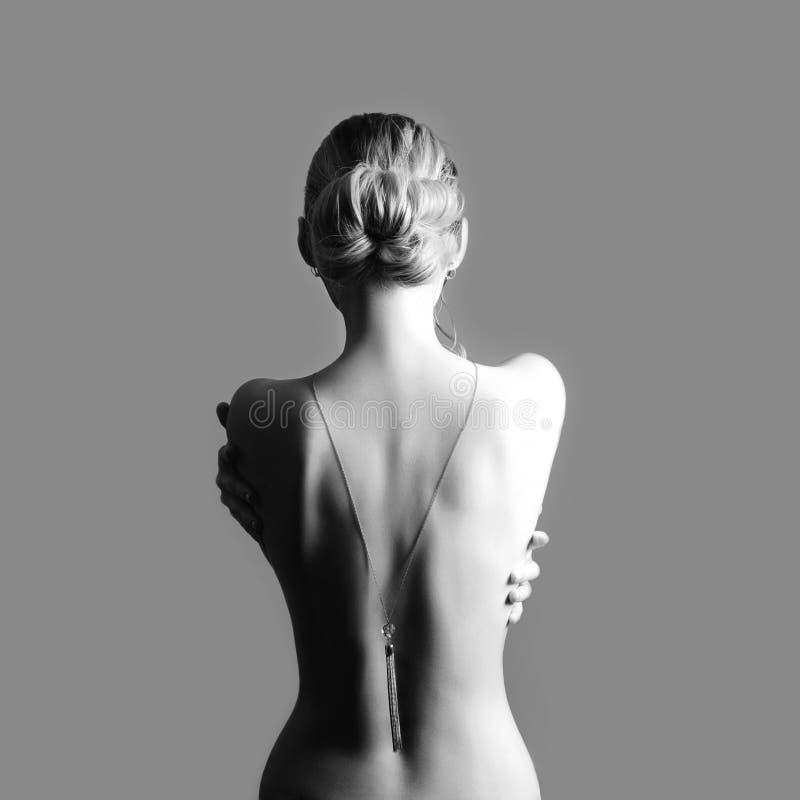 Baksida för Art Nude modenakenstudie av den blonda kvinnan på grå bakgrund G royaltyfria foton