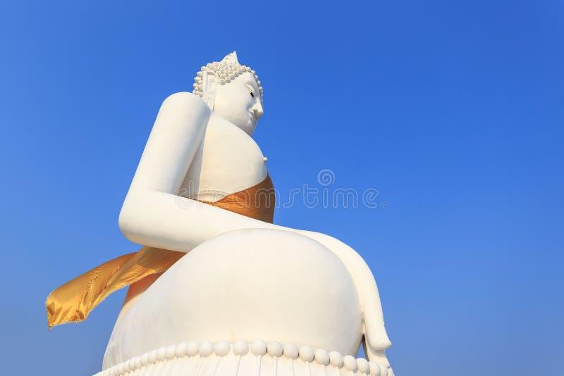 Baksidan av Buddha, blå himmel, företrädaren för den buddistiska buddismen i Asien royaltyfria bilder