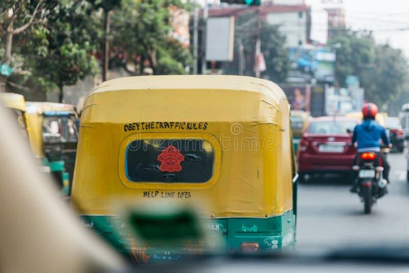 Baksidan av guling- och gräsplantaximetern på gatan i Kolkata, Indien arkivfoto