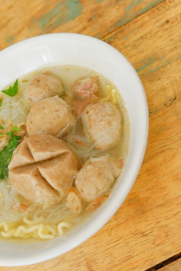 bakso Indonesisch die vleesballetje met soep en noedel wordt gediend royalty-vrije stock foto