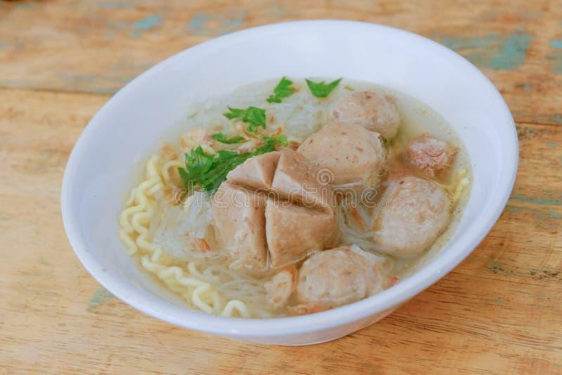 bakso Indonesisch die vleesballetje met soep en noedel wordt gediend stock foto