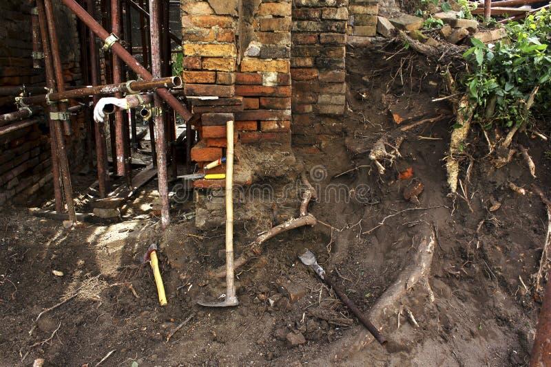 Baksteen en hulpmiddel in archeologieplaats stock afbeeldingen