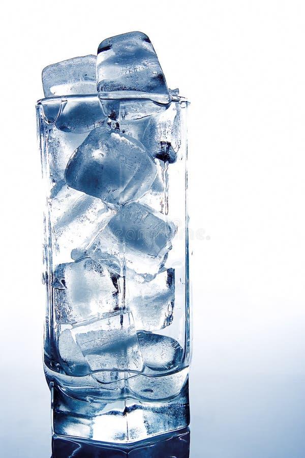 Baksteen van ijs in het glas royalty-vrije stock afbeelding