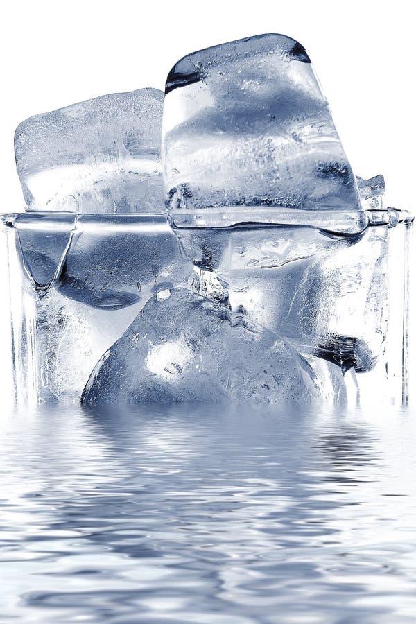 Baksteen van ijs in het glas stock fotografie