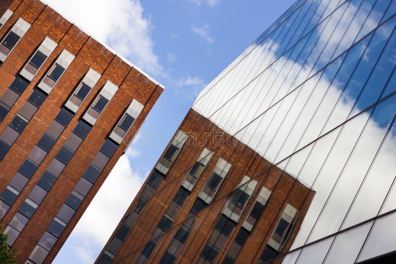 Baksteenbureau en de Moderne Bouw van het Glasbureau, Manchester het UK royalty-vrije stock foto's