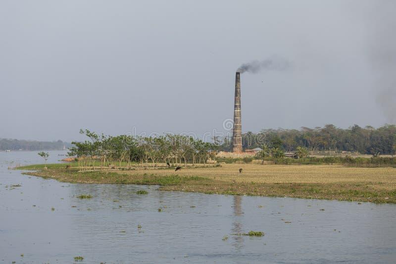 Baksteenfabriek op een rivier in Bangladesh stock foto