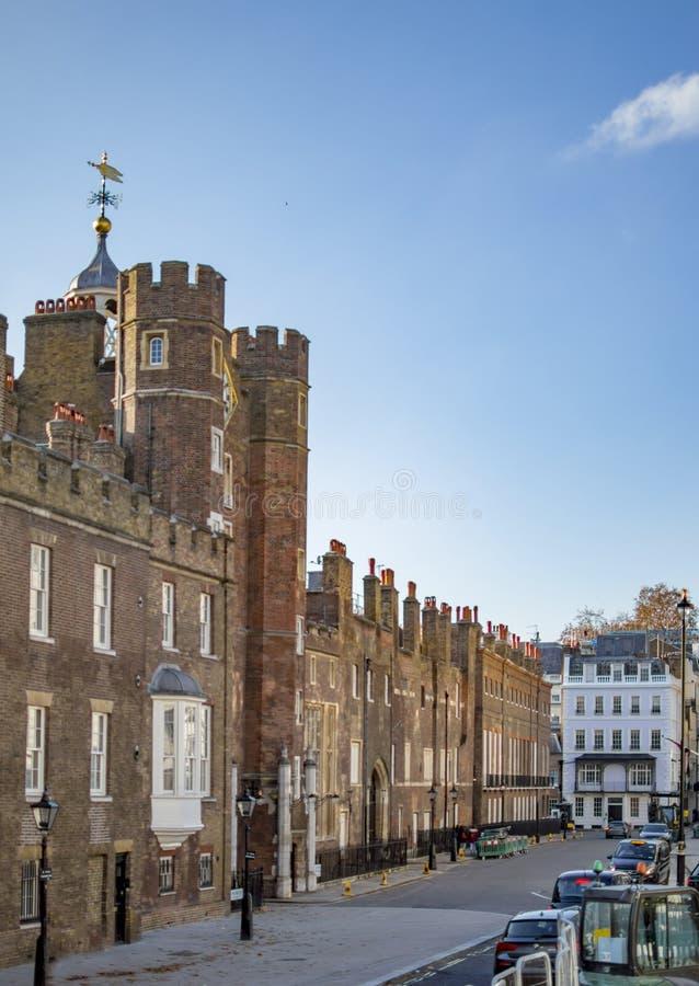 Baksteenhuizen in Londen in een groot die gebouw met victorian stijl wordt gemaakt stock foto