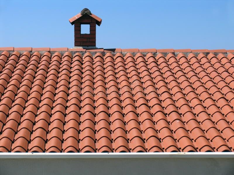 Baksteenschoorsteen op het huis met een betegeld dak royalty-vrije stock foto's