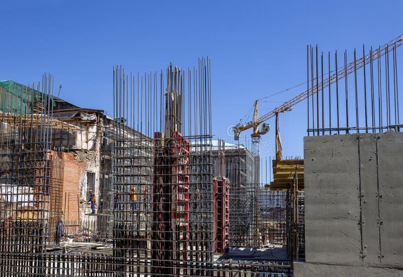 Bakstenen die in openlucht leggen Industrieel beeld - bouw van woningbouw met meerdere verdiepingen stock afbeeldingen