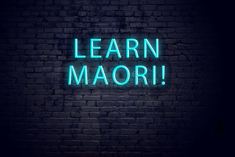 Bakstenen muur en neonteken met inschrijving Maori concept het leren royalty-vrije stock foto's