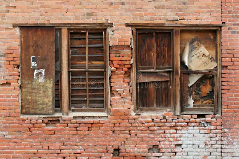 Bakstenen muur en vensters stock fotografie