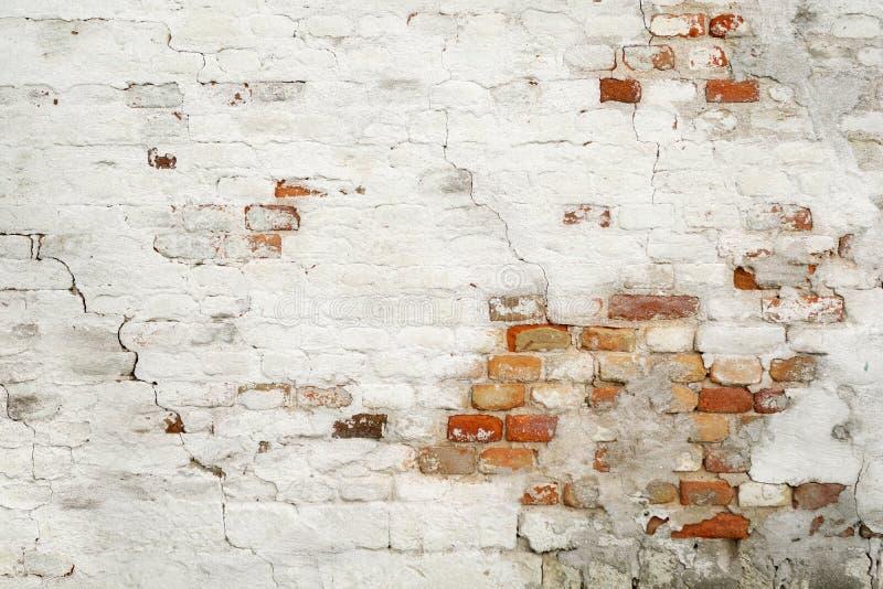 Bakstenen muur geschilderd wit met verbrijzeld pleister Achtergrond voor titel, beeld voor blog, decoratie royalty-vrije stock foto's