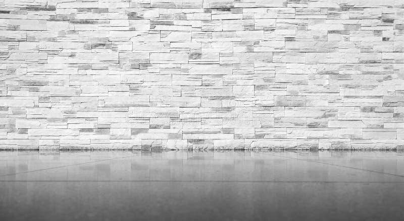 Bakstenen muur met betegelde vloer stock afbeeldingen