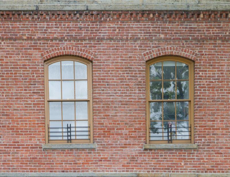 Bakstenen muur met twee oude vensters royalty-vrije stock afbeeldingen