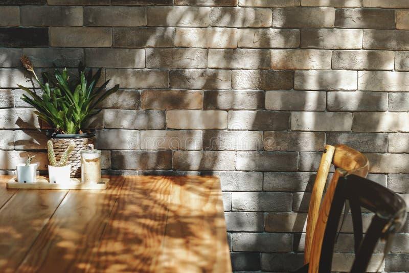 Bakstenen muur in Restaurant en Koffie, Eigentijds Binnenlands Ontwerp stock afbeelding