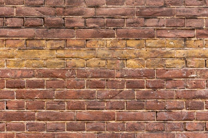 Bakstenen muur van de close-up de rode en gele band royalty-vrije stock afbeelding
