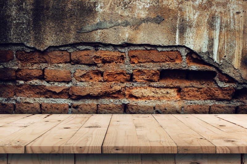 Bakstenen muurachtergrond en de lege houten montering van de lijstvertoning voor stock fotografie