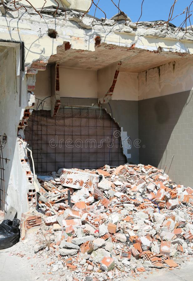 Bakstenen van een vernietigde muur van het inagible huis royalty-vrije stock fotografie