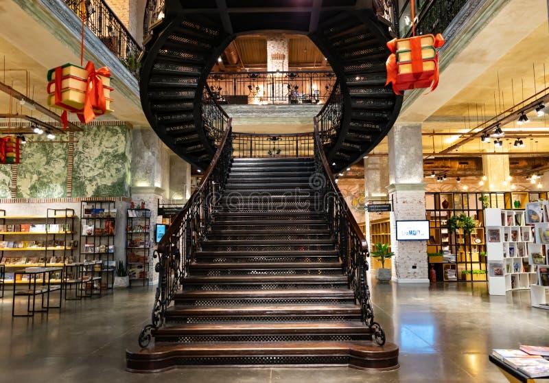 Baku, Aserbaidschan - 13. April 2019: Ansicht ?ber die Treppe innerhalb Baku Book-Mitte Buchhandlung - ber?hmter Buchladen in Bak stockfotos