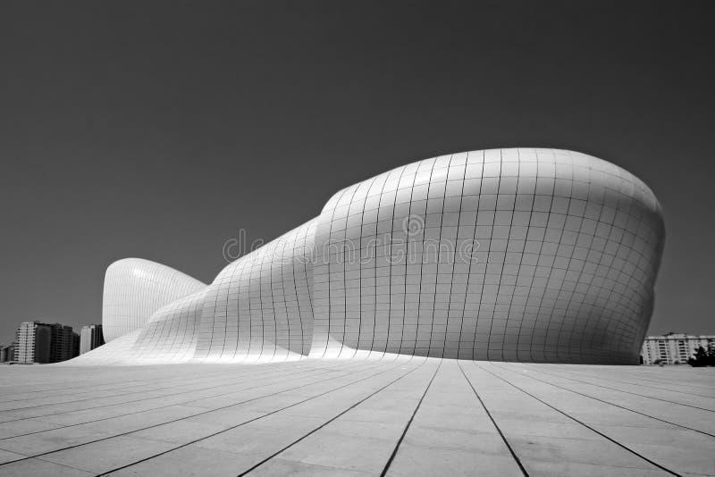 Baku, Azerbaijão, centro cultural nomeado após a construção de Heydar Aliyev imagens de stock royalty free