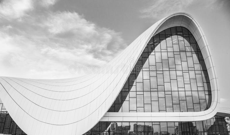 Baku, Azerbaijão - 2 de junho de 2019: Centro heydar do aliyev de Baku Fundo branco da circular da arquitetura Edif?cio moderno fotografia de stock royalty free