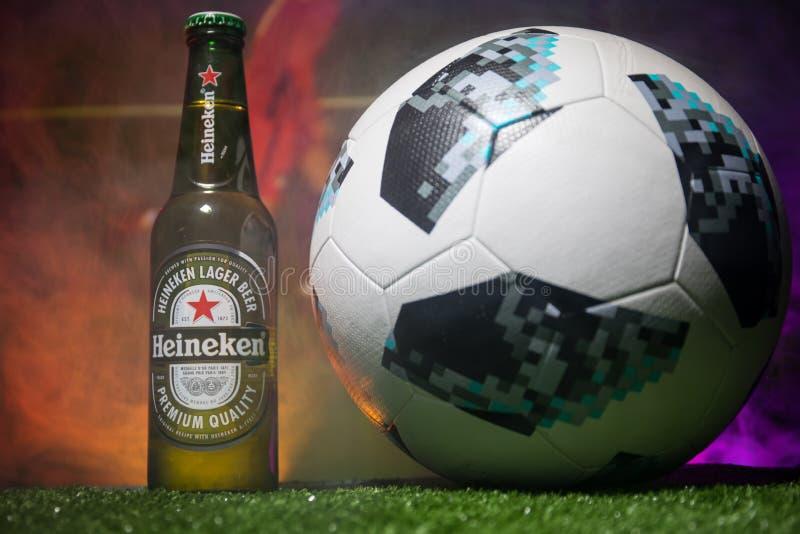 BAKU, AZERBAIJÃO - 21 DE JUNHO DE 2018: Heineken Lager Beer na garrafa com oficial Rússia bola do futebol de 2018 campeonatos do  foto de stock royalty free