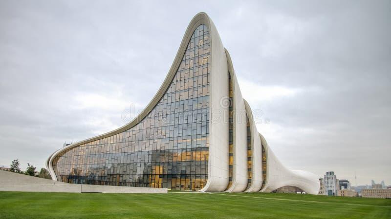Baku, Azerbaijão - 22 de outubro de 2014: Museu do centro de Heydar Aliyev: Haydar Aliyev Centre projetou pelo arquiteto Zaha Had fotografia de stock