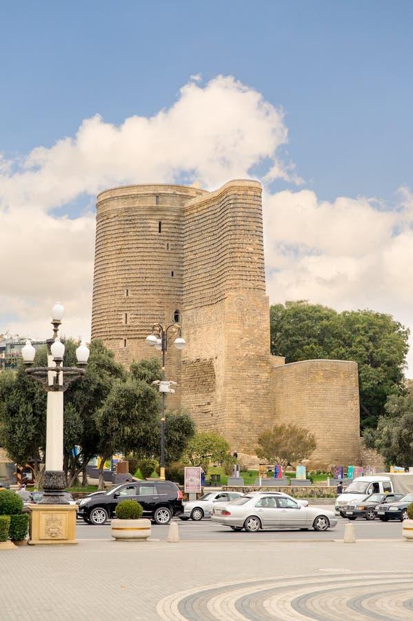 BAKU, AZERBAIJÃO - 17 DE OUTUBRO DE 2014: A torre nova é o monumento arquitetónico original de Azerbaijão imagem de stock