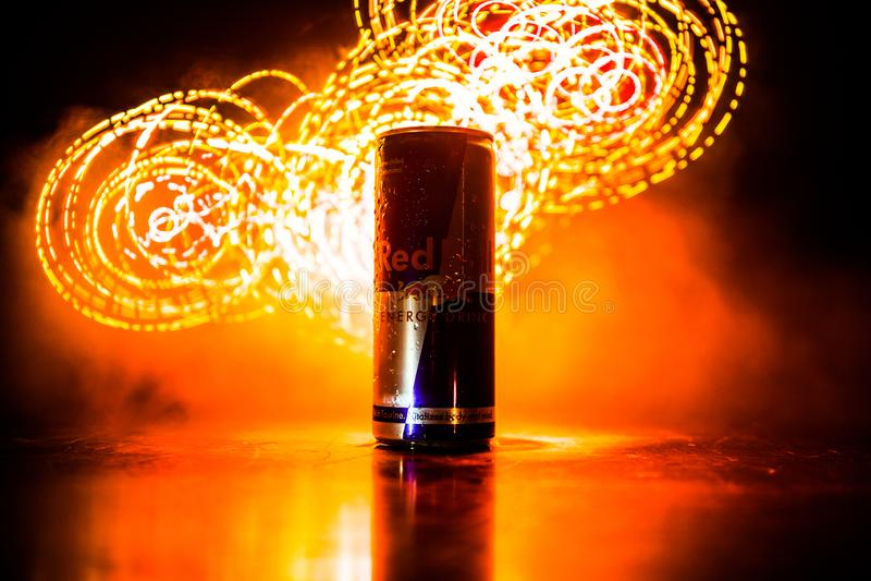 BAKU, AZERBAIJ?O - 20 de abril de 2018: O cl?ssico de Red Bull 250 ml pode no fundo nevoento tonificado escuro Red Bull ? uma beb fotos de stock royalty free