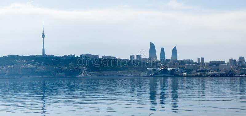 Baku, Azerbaij?o - 13 de abril de 2019: Opini?o ensolarada panor?mico do ver?o de Baku, capital de Azerbaij?o Panorama Baku do C? fotografia de stock