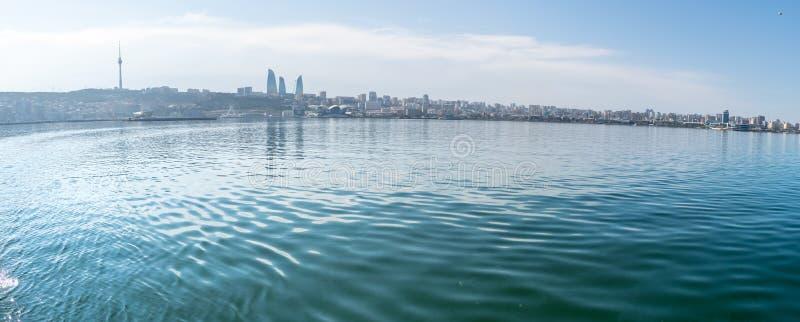Baku, Azerbaijan - 13 de abril de 2019: Opinión soleada panorámica del verano de Baku, capital de Azerbaijan Panorama Baku del ca imagen de archivo libre de regalías