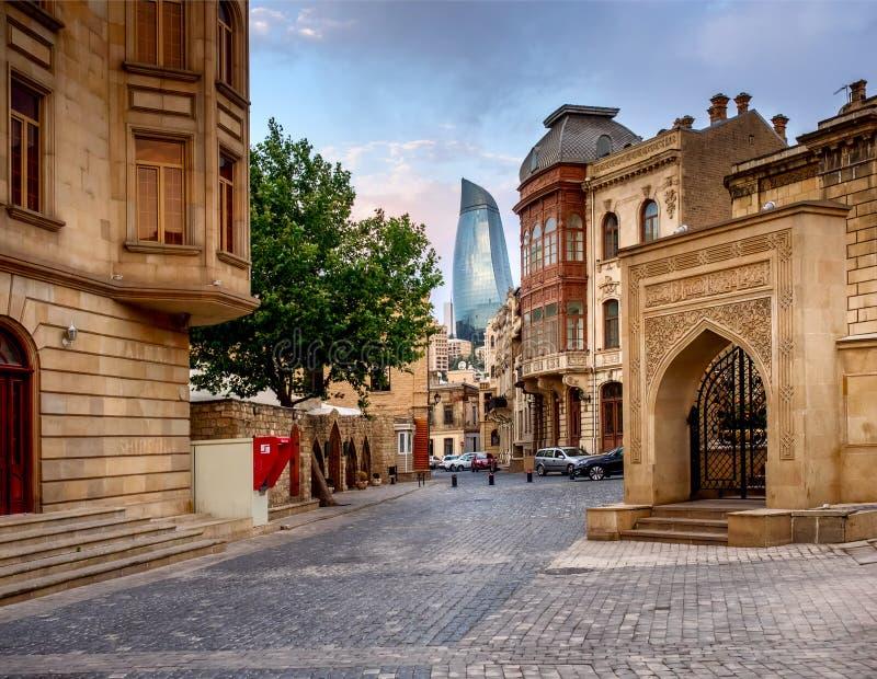 BAKU, AZERBAIJAN - 24 DE JULIO: Icheri Sheher (ciudad vieja) de Baku, Azerbaijan, el 24 de julio de 2014, con gran arquitectura m foto de archivo