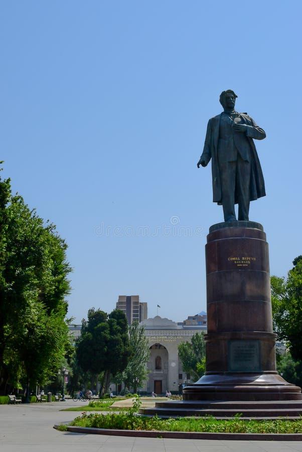 Baku, Azerbaijan - 7 de julio de 2018: Parque público con el monumento del poeta y del dramaturgo Samad Vurgun cerca del ferrocar imagen de archivo libre de regalías