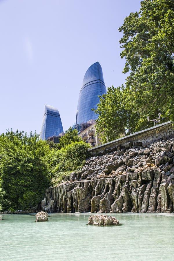 Baku, Azerbaijan - 2 de junio de 2019: Baku Flame Towers es el rascacielos más alto de Baku, turismo en Azerbaijan Ciudad vieja foto de archivo libre de regalías