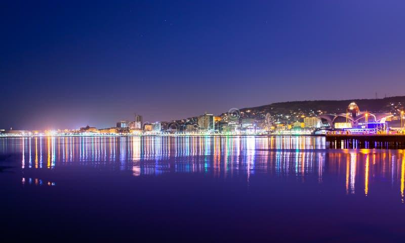 Baku Azerbaijan - 16 de junio de 2019 Reflexión de las luces de la ciudad de la noche en el mar Caspio Vista nocturna de Baku con fotografía de archivo